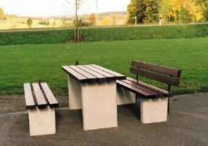 Sitzbänke und Tische